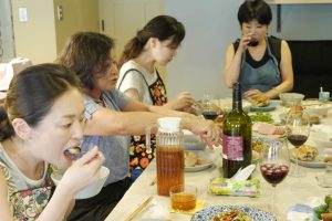 料理教室の食事風景