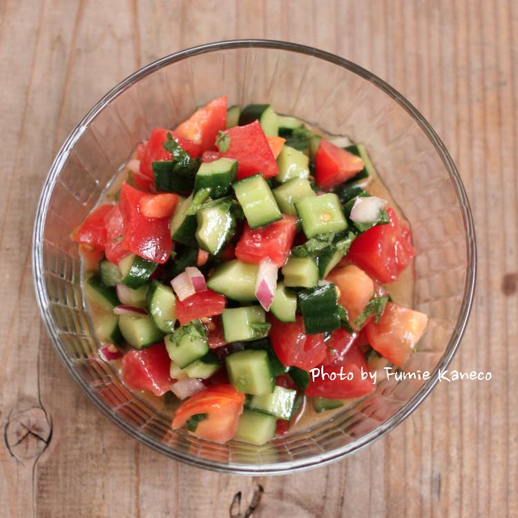 きゅうりとトマトのコリアンダーサラダ